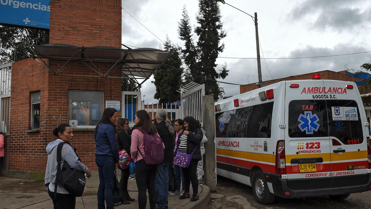 Personas esperando afuera de un hospital