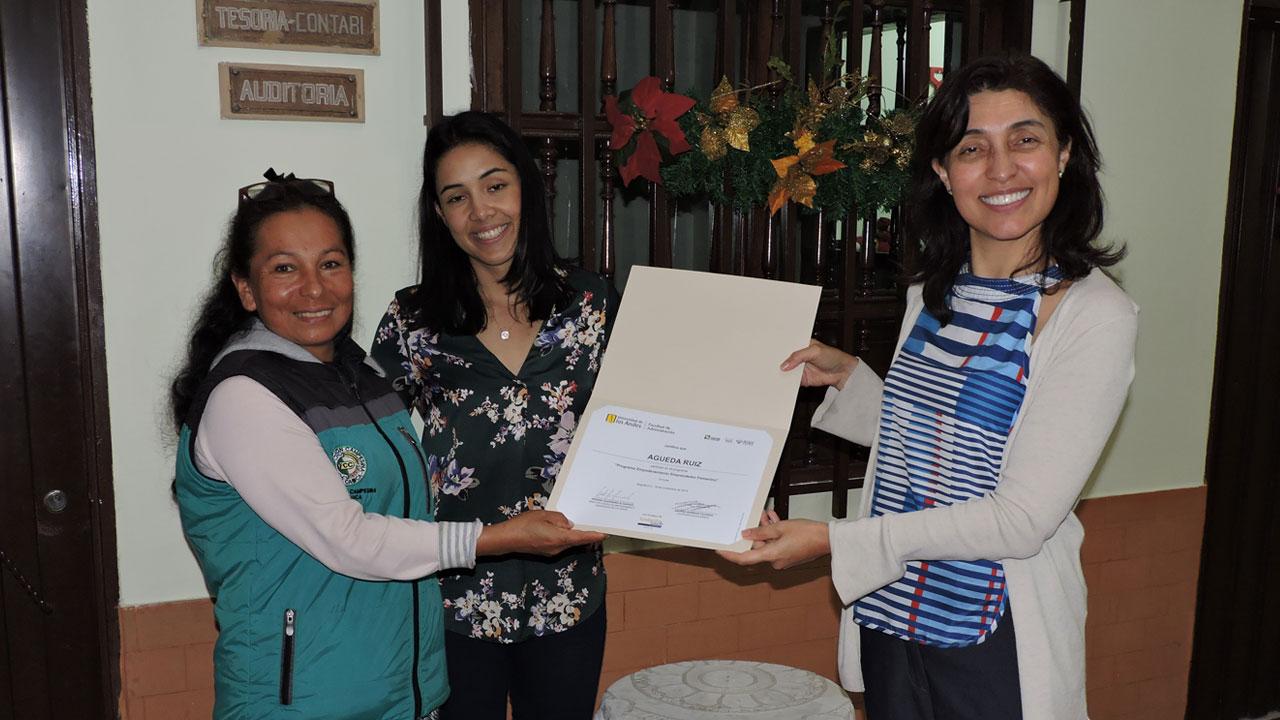 Foto de la líder campesina Águeda Ruiz durante la graduación del programa.