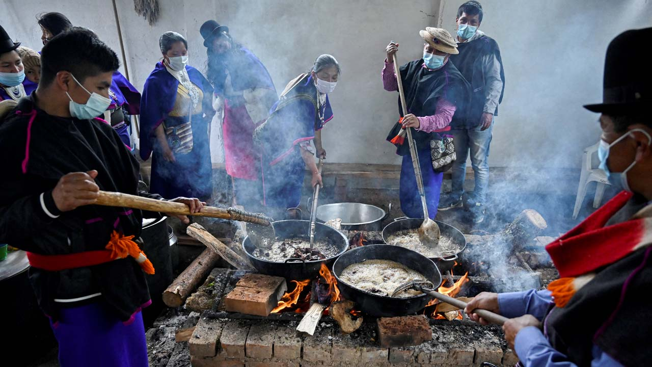 Foto de una comunidad indígena cocinando
