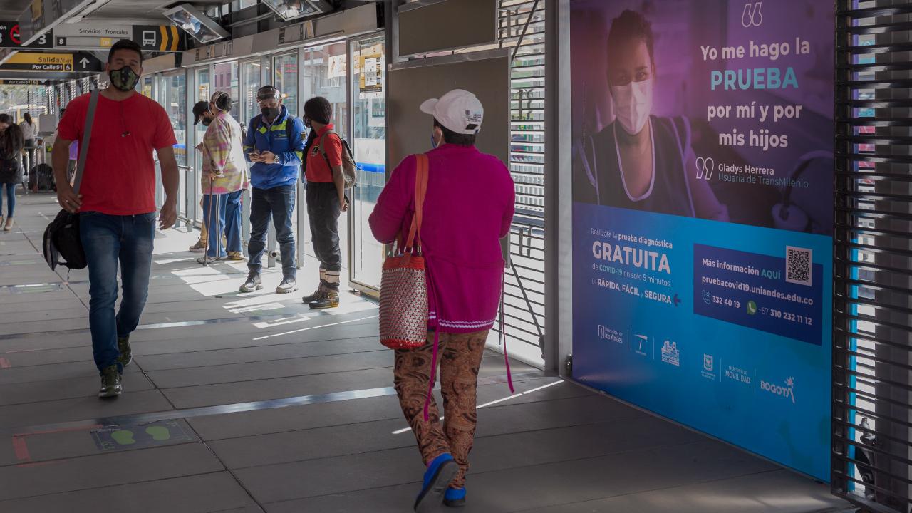Foto de una estación de Transmilenio con las instrucciones para participar en Covida.