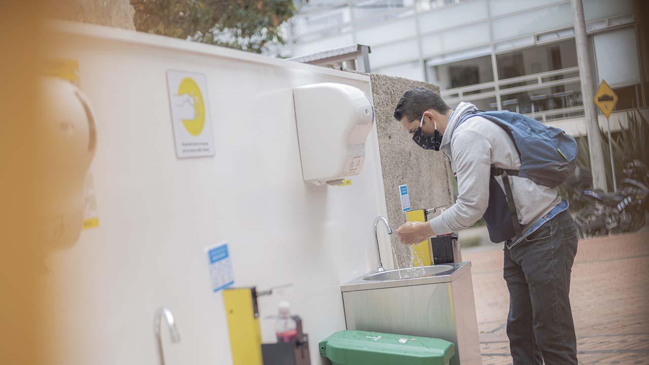 El lavado de manos antes de ingresar es obligatorio, por lo cual se dispusieron lavamanos a las entradas