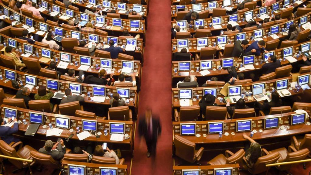 Sillas y computadores del Congreso de Colombia.