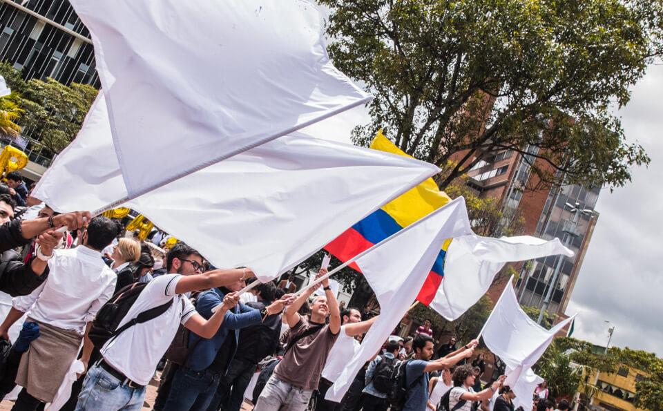 Estudiantes marchando por la paz