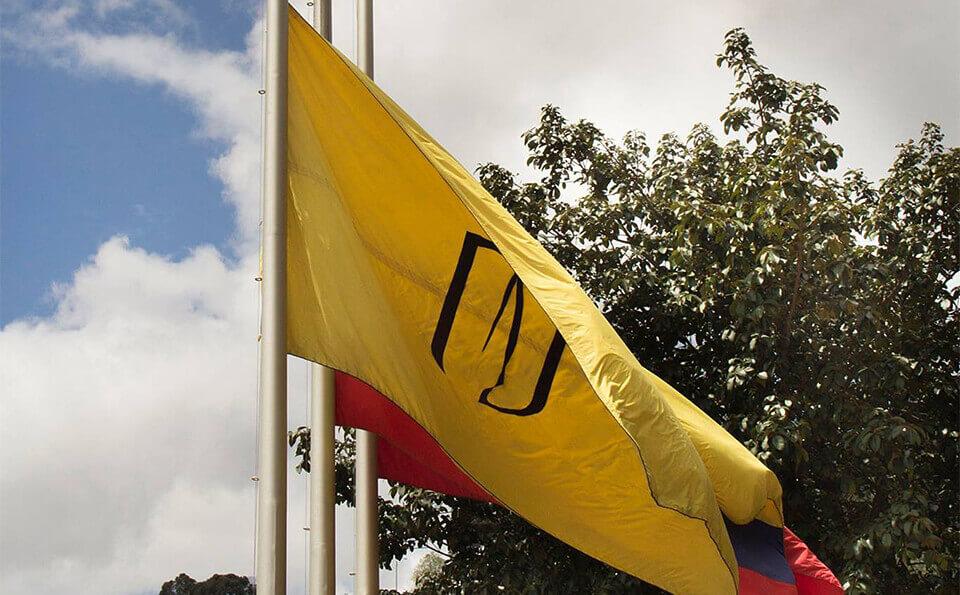 bandera de colombia y bandera de la universidad de los andes