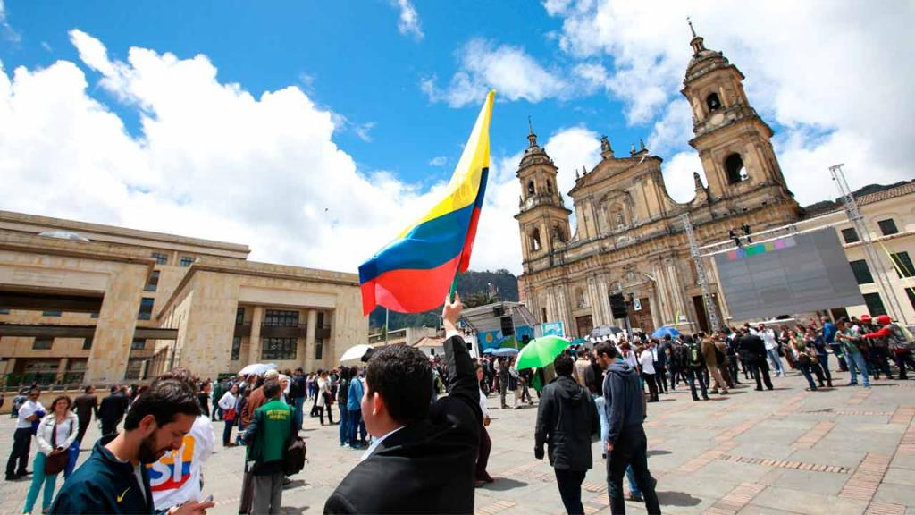 Colombians in the Plaza de Bolívar with flags