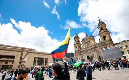 Colombianos en Plaza de Bolívar con bandera