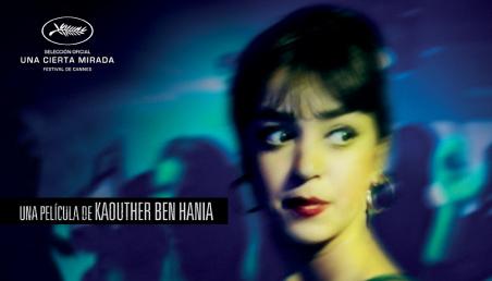 Afiche de la película La bella y los perros con la foto de una jovencita que voltea la mirada en medio de la noche.