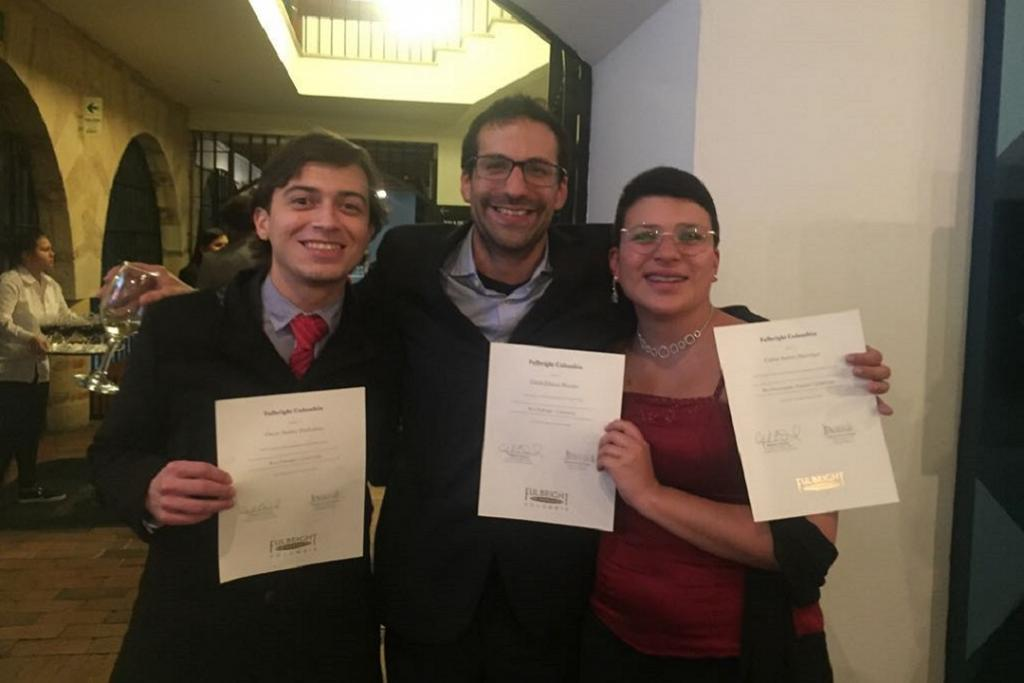 Imagen del profesor Carlos A. Manrique  con diploma