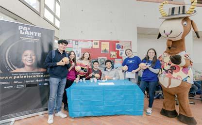 Grupo de jóvenes de LíderAndes junto a mascota de Uniandes