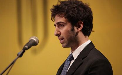 primer plano de un joven que habla frente a un micrófono