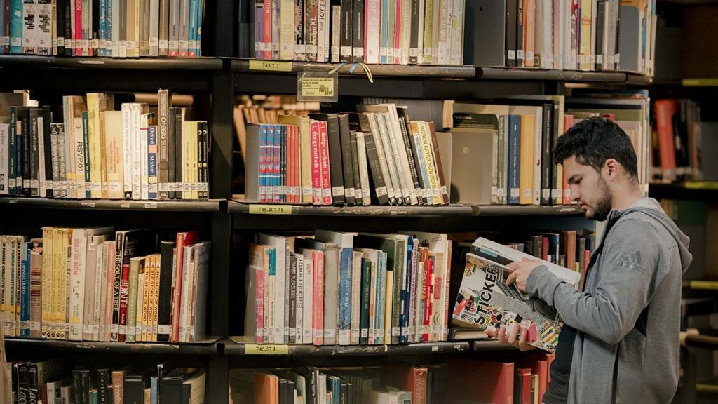 Foto de una persona en una biblioteca de la Universidad de los Andes.