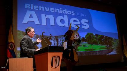 Pablo Navas, rector, y Séneca, mascota de la Universidad de los Andes.