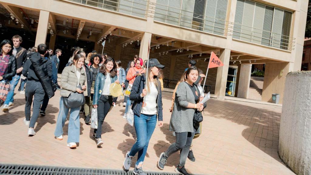 Foto de estudiantes caminando por el campus