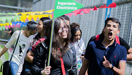 Estudiantes alegres en su recorrido por la Universidad.