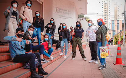 Estudiantes entrando al  campus