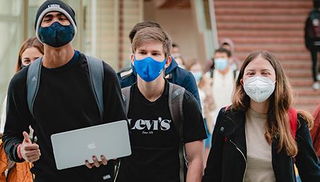 Estudiantes llegando al campus