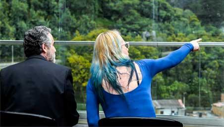 Dos personas de espaldas sentadas mirando al horizonte