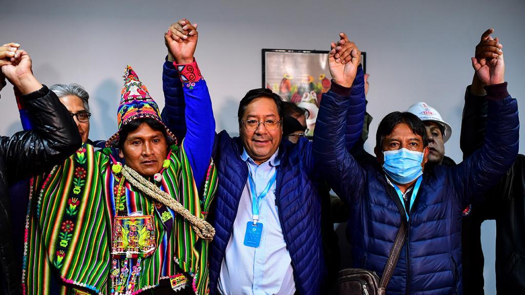 Luis Arce, presidente electo de Bolivia, levanta las manos celebrando su victoria.