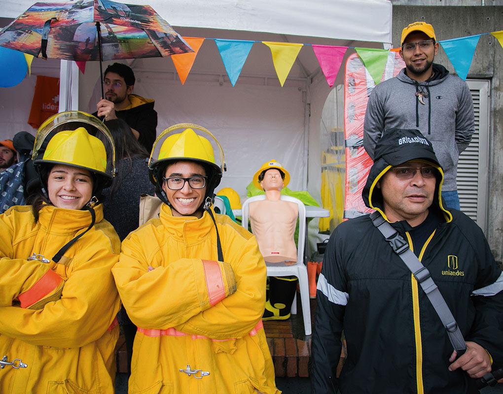Voluntarios de la Brigada de emergencias del Programa de Voluntariado Uniandes en primer plano