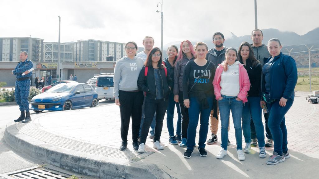 Retrato de un grupo de once personas frente a la cárcel La Picota.