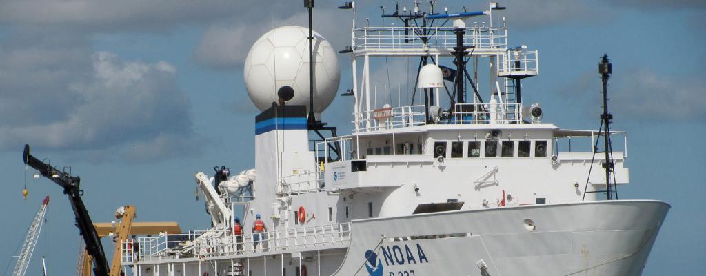 Imagen del buque oceanográfico de la Administración Nacional Oceánica y Atmosférica (NOAA, por sus siglas en inglés), del Departamento de Comercio de los Estados Unidos. Cortesía NOAA.
