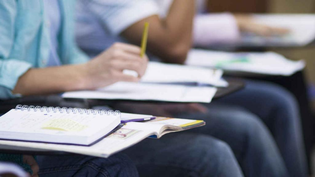Estudiantes en un aula de clase