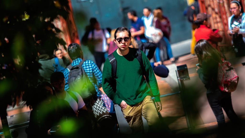 Imagen de estudiantes entrando a la universidad