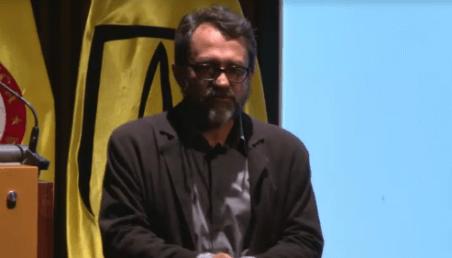 Experto en fracking habla en auditorio