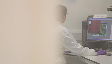 Científica realizando análisis en laboratorio
