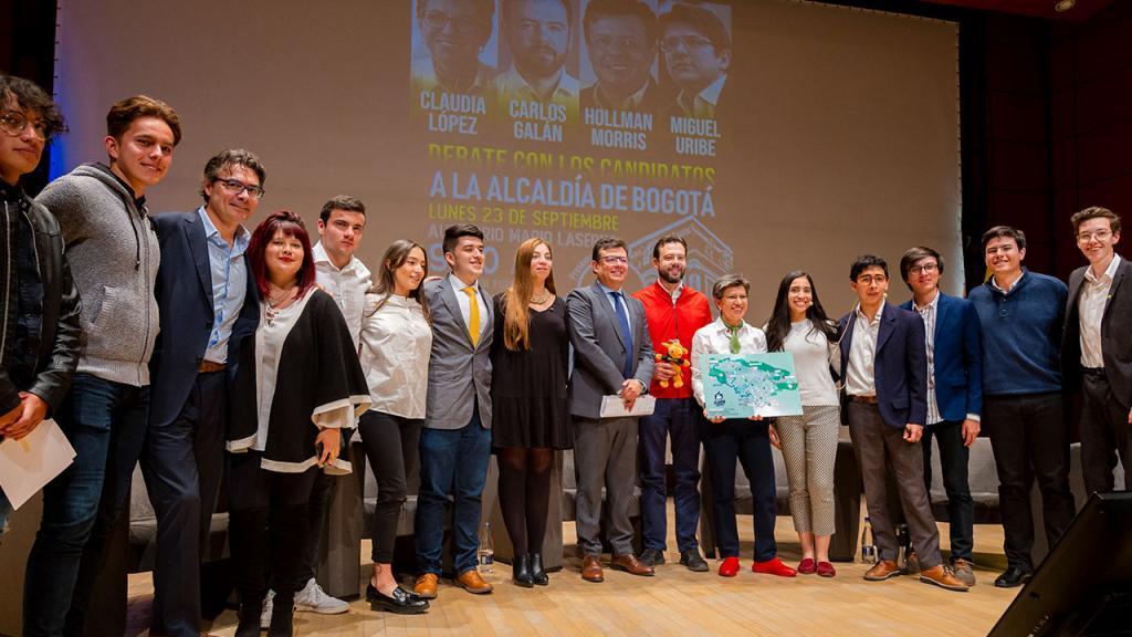 Foto de los organizadores y participantes del debate