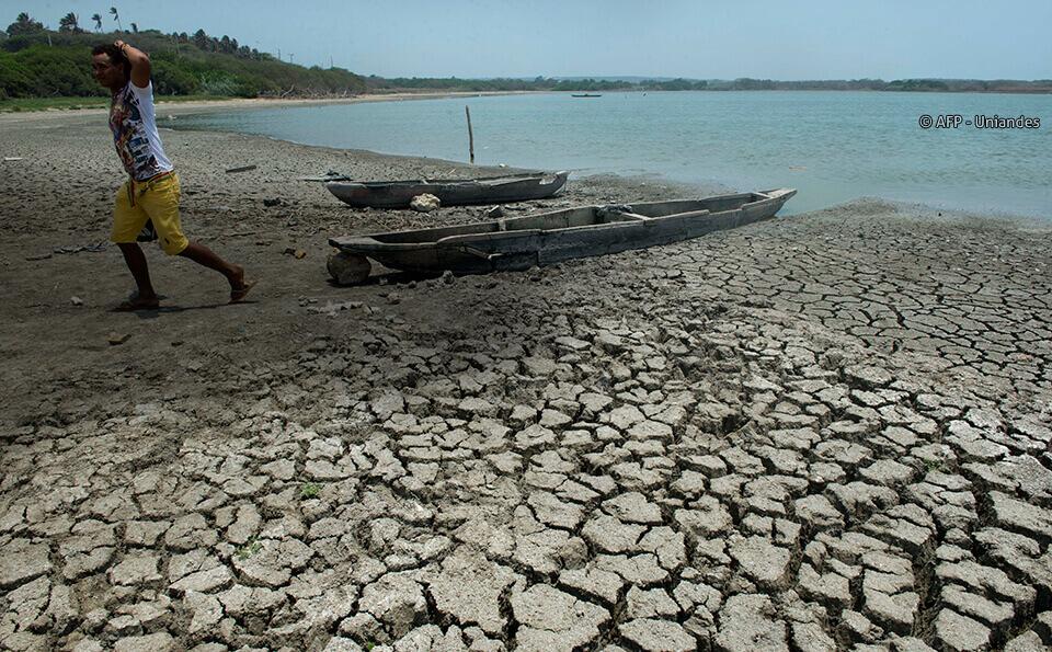 rio magdalena seco canoa pescador