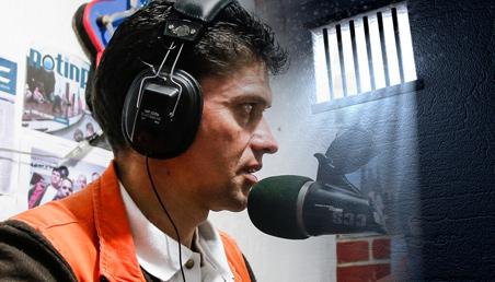 """""""Muy buenos días… sin límites"""", una de las frases que acompañan las emisiones del programa radial que se genera desde la cárcel Modelo, de Bogotá. Tres internos lideran el espacio musical."""