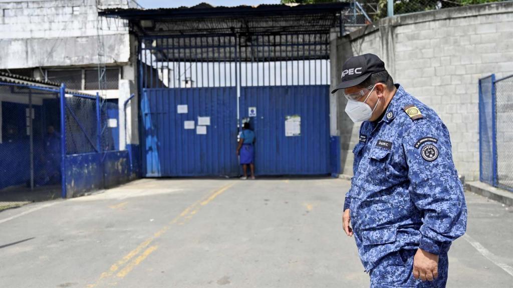 Guardia en Cárcel de Cali Colombia Eduardo Behrentz