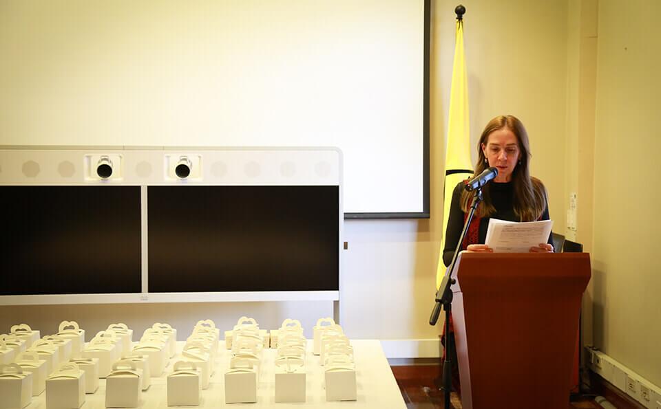 Mujer en atril da discurso en evento