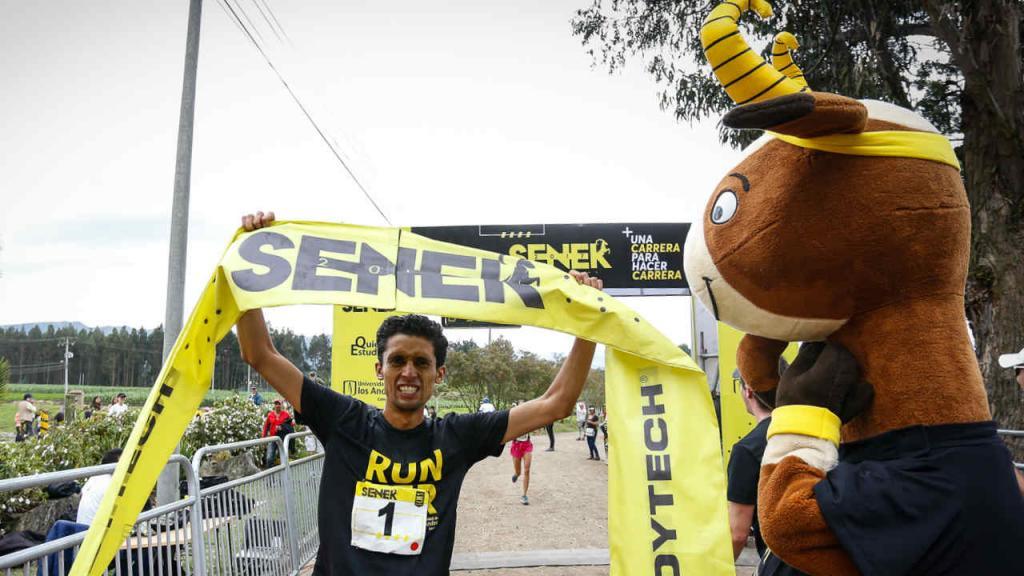Senek recibe a los corredores que terminan el recorrido de la competencia.