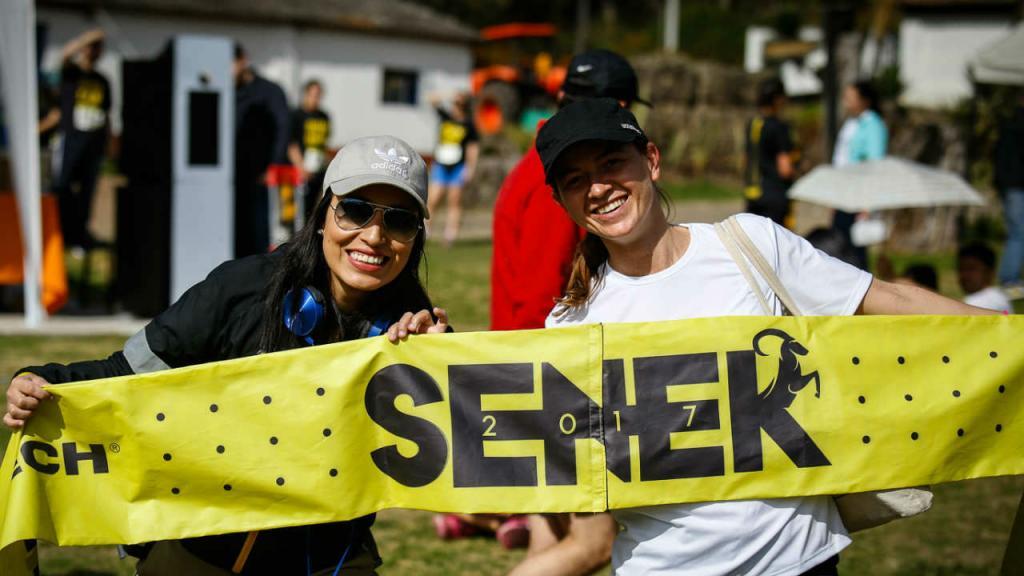Los participantes a la Carrera Senek 2017 celebran al término de la competencia.
