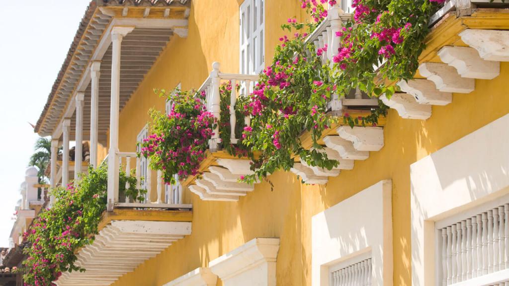 Balcón decorado con flores serena del mar Caribe