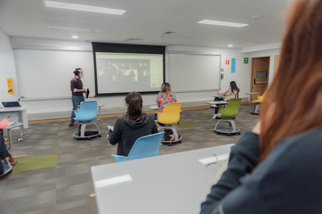 Foto de un salón de clases en la nueva normalidad por el coronavirus.