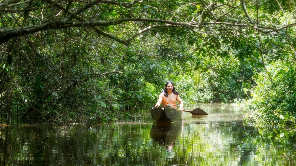 Hombre navega en balsa por el Amazonas.