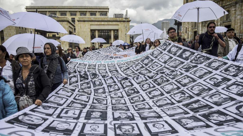 Foto de una marcha por las víctimas del conflicto armado colombiano.