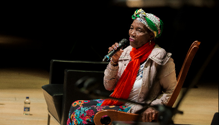Fotografía de Ceferina Banquez, cantadora de bullerengue. Es afrodescendiente, y aparece con un turbante en la cabeza.