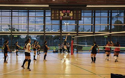 Partido de voleibol en la cancha múltiple del Centro Deportivo