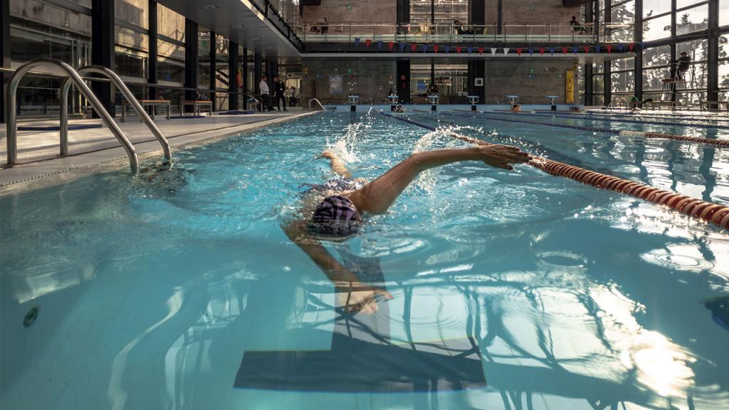 Persona practicando natación