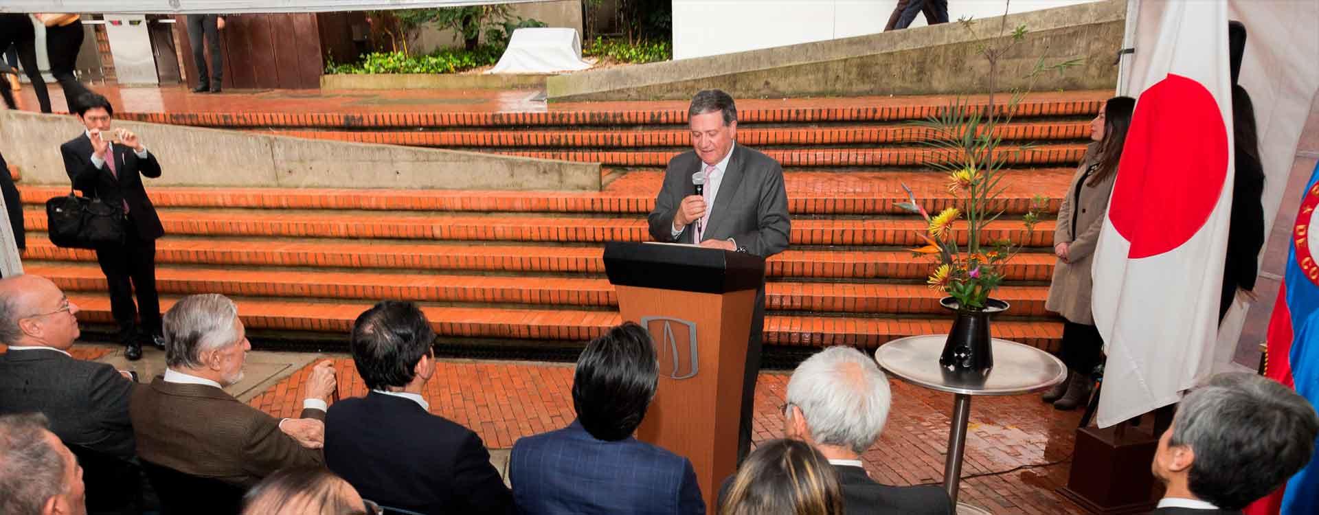 Rector Pablo Navas en primera piedra Centro del Japón