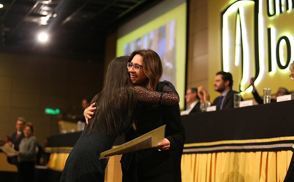 Foto abrazo entrega de diploma