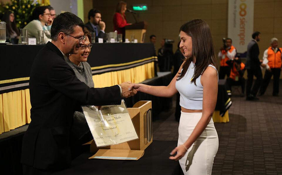 Foto uniandina recibe su diploma