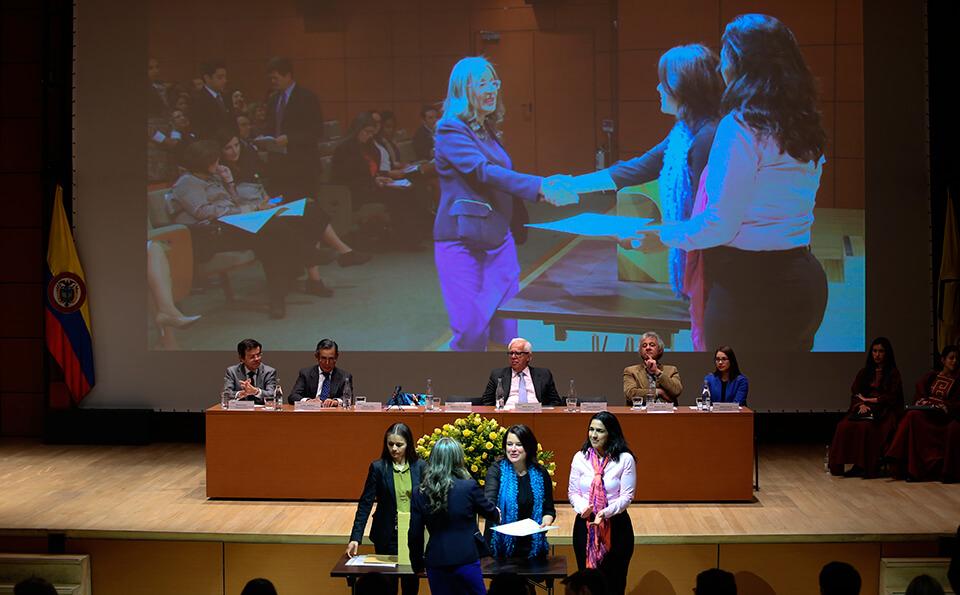 Foto entrega de diplomas posgrados 2016-1