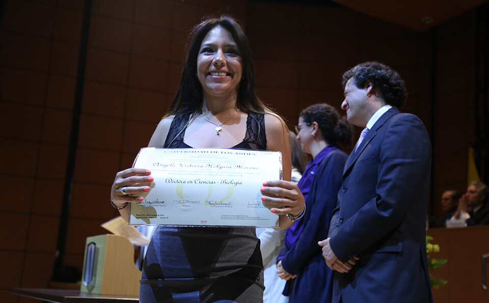 Foto uniandina recibe diploma