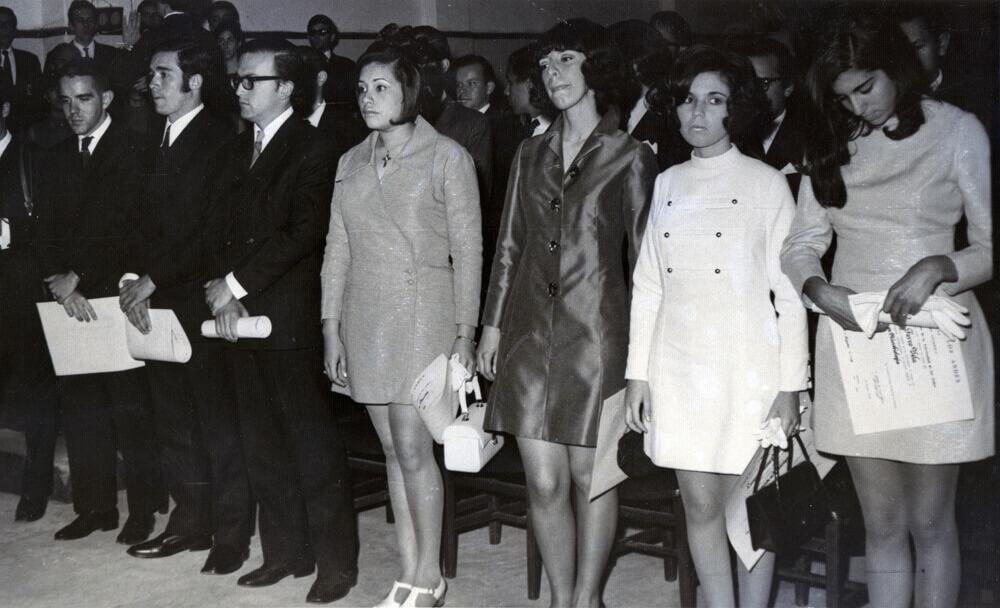 foto antigua en blanco y negro de estudiantes recibiendo diploma