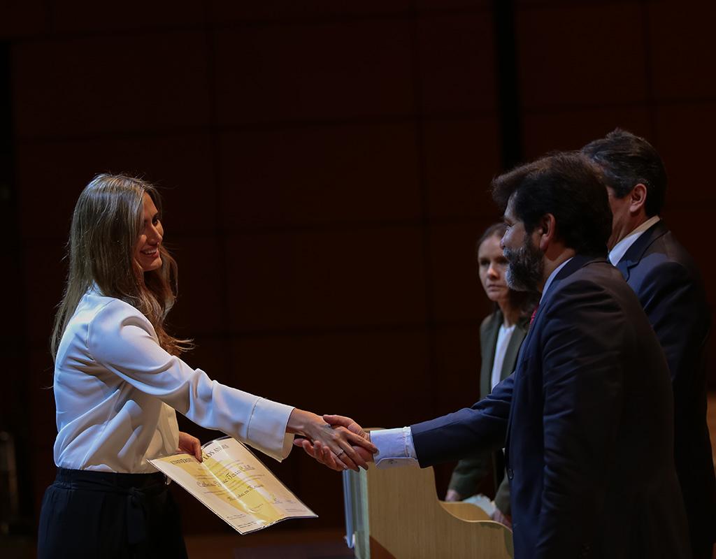 Graduandos reciben diploma en ceremonias de grado